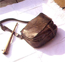 Kožna torba i svirala od vrbove kore