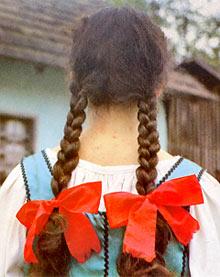 Djevojka počešljana u dvije pletenice